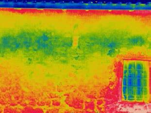 Ι. Μ. Αρχαγγέλου Μιχαήλ στη Βαυκερή, Λευκάδα. Η ψυχρή ζώνη πάνω από το παράθυρο σχετίζεται με υγρασία από διείσδυση. Η παρουσία υγρασίας στην ίδια περιοχή εσωτερικά τεκμηριώθηκε με μετρήσεις περιεχόμενης υγρασίας.