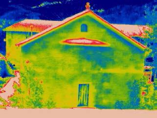 Ι. Μ. Βουτσάς, Ν. Ιωαννίνων. Η οριζόντια κίτρινη λωρίδα πάνω από την πόρτα αντιστοιχεί σε μη εμφανή ξυλοδεσιά